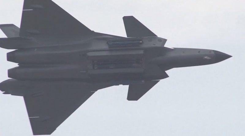 """Let """"crnog orla"""": Kina prvi put prikazala nove projektile u avionima J-20"""