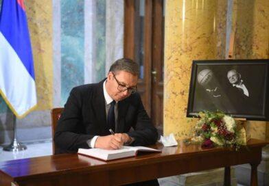 """""""SRBIJA GA ZABORAVITI NEĆE"""" Predsednik Vučić na komemoraciji povodom smrti Dude Ivkovića, upisao se u knjigu žalosti"""